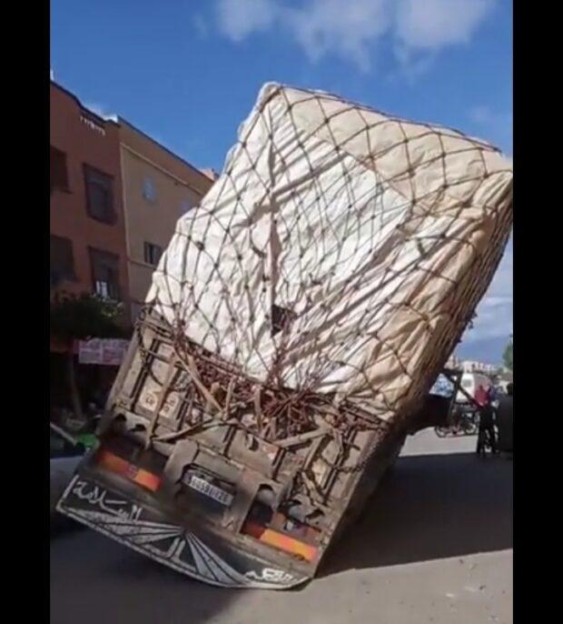 اولاد تايمة … سقوط شاحنة في حفرة وسط الشارع يكشف فضائح البنية التحتية