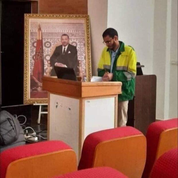 سابقة …طالب يناقش أطروحة لنيل شهادة الدكتورة بزي عمال النظافة